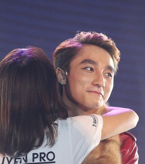 Sơn Tùng và Noo ngày càng bạo dạn ôm fan - 15