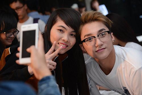 Sơn Tùng và Noo ngày càng bạo dạn ôm fan - 9