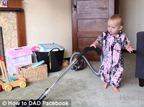"""Ông bố """"đào tạo"""" con gái 2 tuổi giỏi việc nhà - 2"""