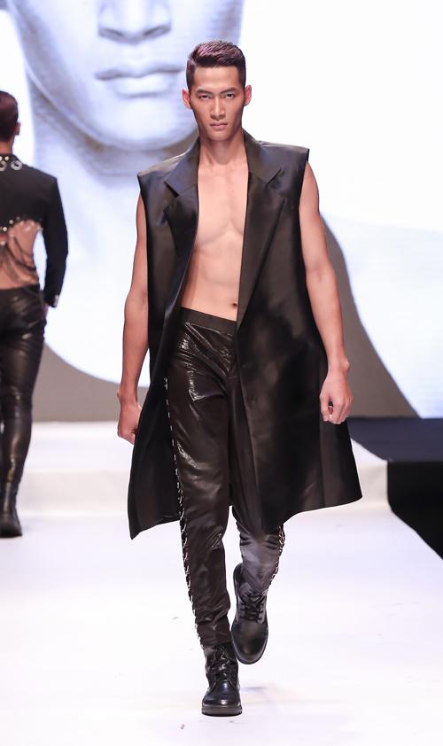 Siêu mẫu Thanh Hằng táo bạo với áo trong suốt - 9