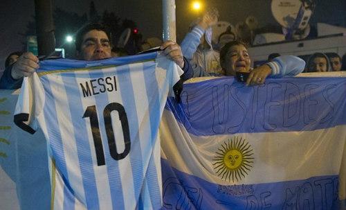 Trăm nghìn fan Argentina diễu hành xin Messi ở lại - 6