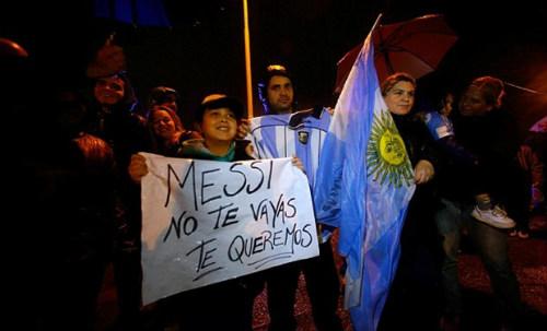 Trăm nghìn fan Argentina diễu hành xin Messi ở lại - 10