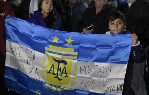 Trăm nghìn fan Argentina diễu hành xin Messi ở lại - 11