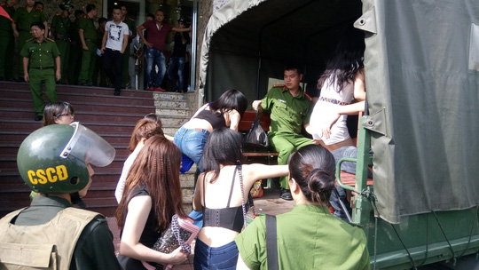"""Tạm giữ hơn 300 người ở tụ điểm """"ăn chơi"""" nhất Hải Phòng - 3"""