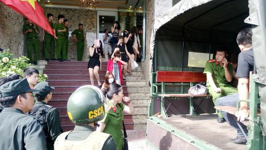 """Tạm giữ hơn 300 người ở tụ điểm """"ăn chơi"""" nhất Hải Phòng - 5"""