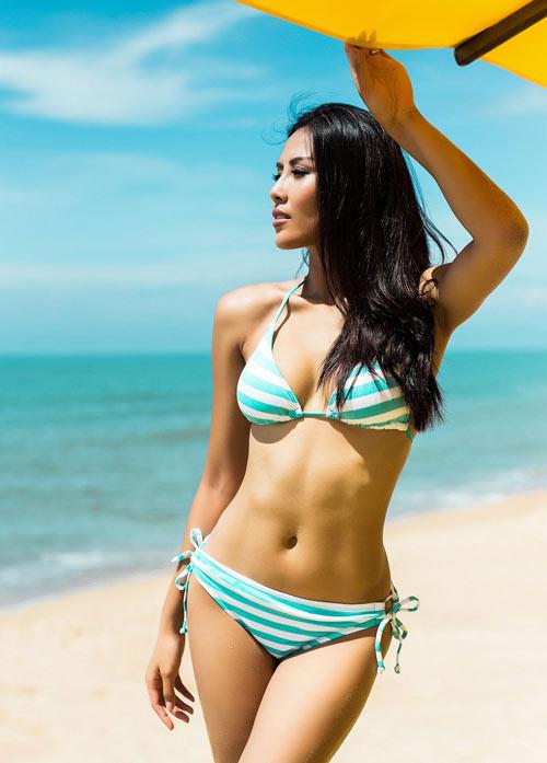 """Nguyễn Thị Loan khoe """"hông quả táo"""" cực sexy trước biển - 1"""