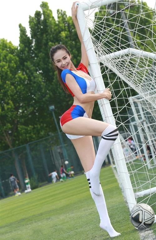 Hot girl lai khoe chân dài miên man ủng hộ tuyển Pháp - 1