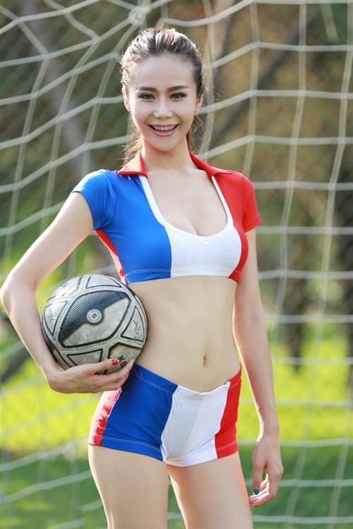 Hot girl lai khoe chân dài miên man ủng hộ tuyển Pháp - 2