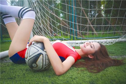 Hot girl lai khoe chân dài miên man ủng hộ tuyển Pháp - 5