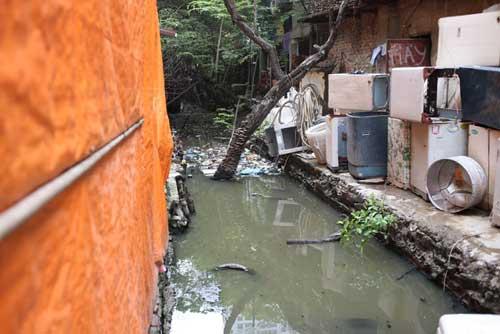Ì ạch dự án thoát nước, dân Thủ đô sống chung kênh thối - 1