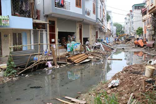 Ì ạch dự án thoát nước, dân Thủ đô sống chung kênh thối - 2