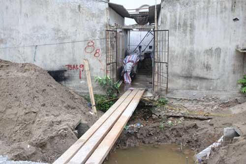 Ì ạch dự án thoát nước, dân Thủ đô sống chung kênh thối - 10