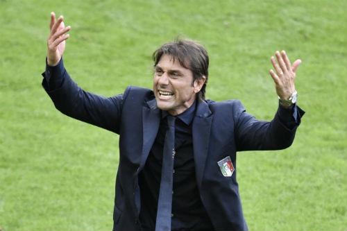 """Italia đá như lên đồng nhờ... """"vũ khí gia truyền"""" - 1"""