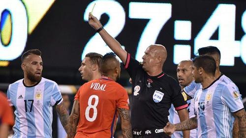 """SỐC: Sau CK Copa America, trọng tài chơi trò """"3 người"""" - 1"""