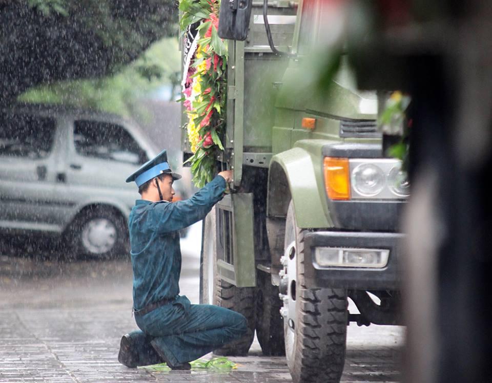 Hàng ngàn người đứng dưới mưa tiễn đưa 9 liệt sĩ CASA 212 - 33