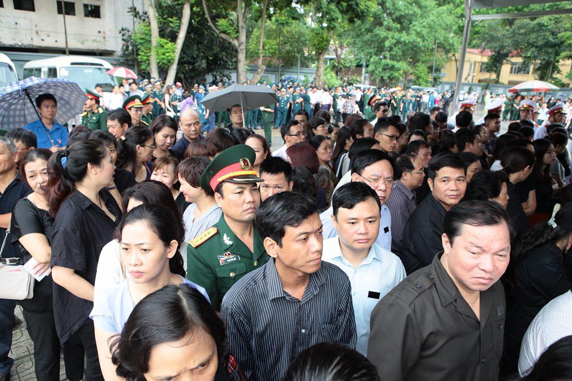 Hàng ngàn người đứng dưới mưa tiễn đưa 9 liệt sĩ CASA 212 - 31