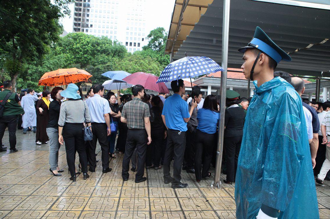 Hàng ngàn người đứng dưới mưa tiễn đưa 9 liệt sĩ CASA 212 - 30