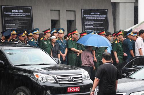 Hàng ngàn người đứng dưới mưa tiễn đưa 9 liệt sĩ CASA 212 - 24