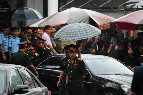 Hàng ngàn người đứng dưới mưa tiễn đưa 9 liệt sĩ CASA 212 - 26