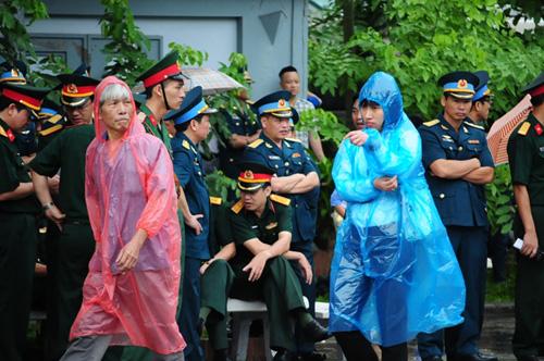 Hàng ngàn người đứng dưới mưa tiễn đưa 9 liệt sĩ CASA 212 - 27
