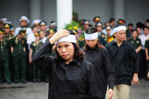 Hàng ngàn người đứng dưới mưa tiễn đưa 9 liệt sĩ CASA 212 - 28