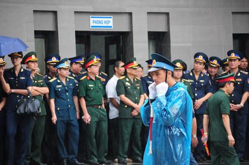 Hàng ngàn người đứng dưới mưa tiễn đưa 9 liệt sĩ CASA 212 - 34