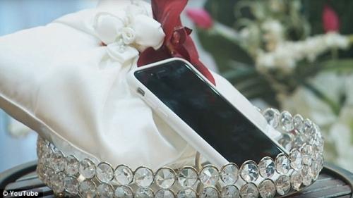 """Hôn lễ có """"1-0-2"""": Cưới điện thoại iPhone """"làm vợ"""" - 2"""