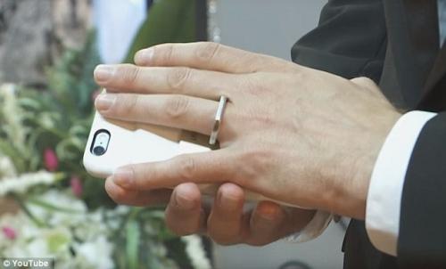 """Hôn lễ có """"1-0-2"""": Cưới điện thoại iPhone """"làm vợ"""" - 3"""