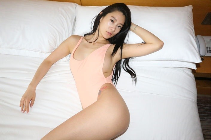 Người mẫu Hàn mặc áo tắm hở hông quá đỗi gợi cảm - 1
