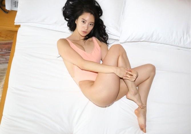 Người mẫu Hàn mặc áo tắm hở hông quá đỗi gợi cảm - 2