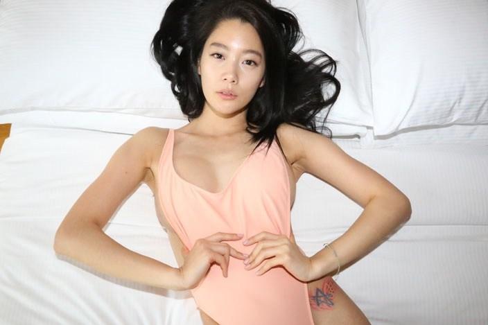 Người mẫu Hàn mặc áo tắm hở hông quá đỗi gợi cảm - 4