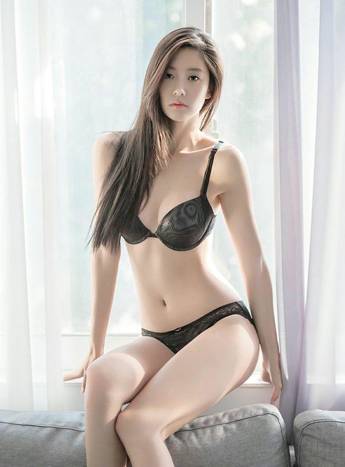 Người mẫu Hàn mặc áo tắm hở hông quá đỗi gợi cảm - 5