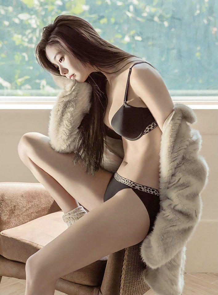 Người mẫu Hàn mặc áo tắm hở hông quá đỗi gợi cảm - 7