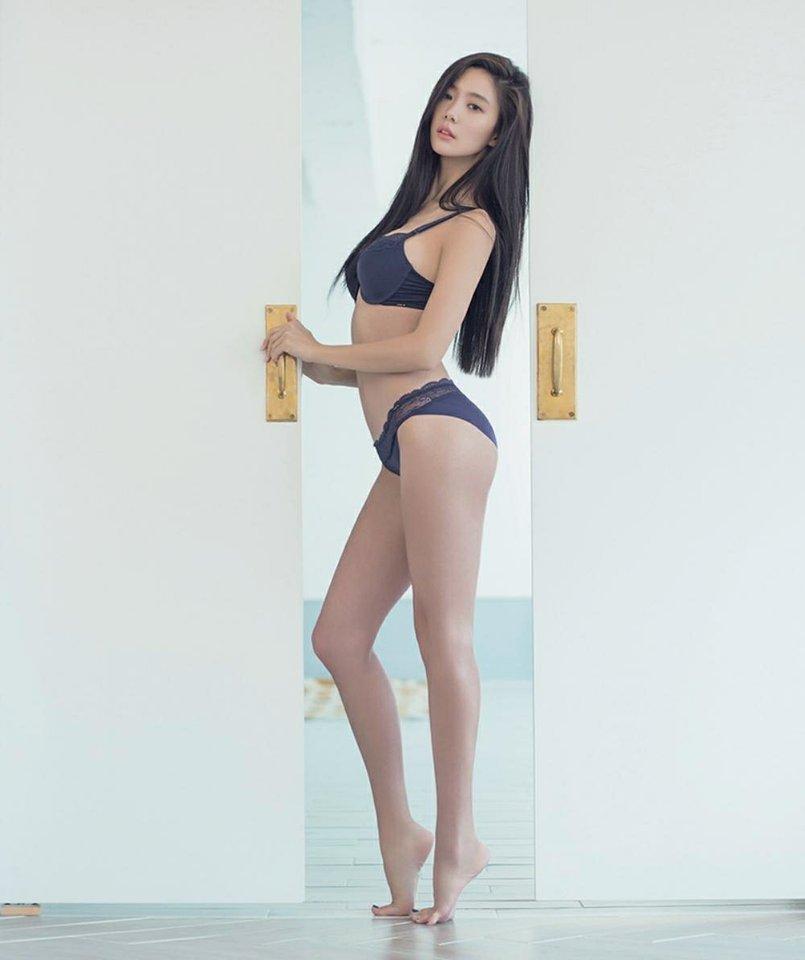 Người mẫu Hàn mặc áo tắm hở hông quá đỗi gợi cảm - 8