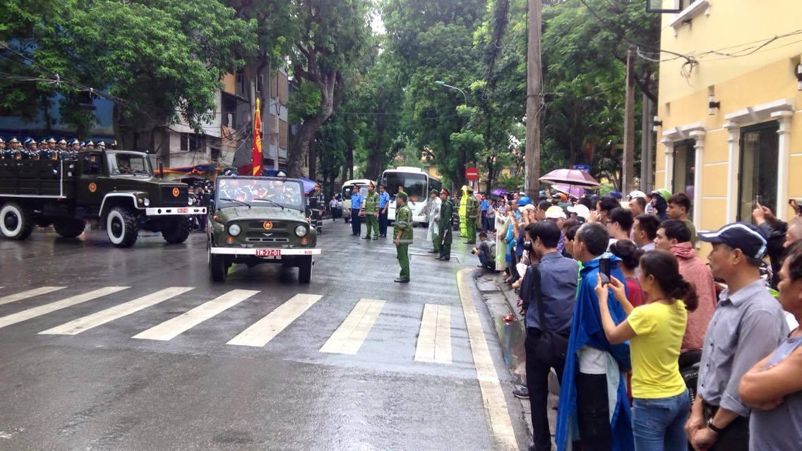 Hàng ngàn người đứng dưới mưa tiễn đưa 9 liệt sĩ CASA 212 - 6