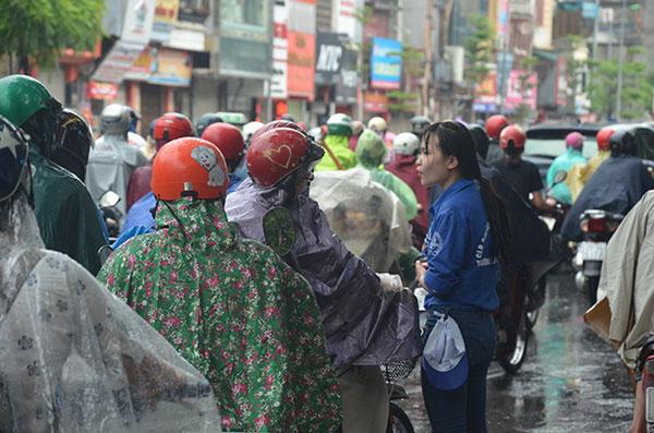 13.000 tình nguyện viên đội mưa hỗ trợ thí sinh làm thủ tục - 2