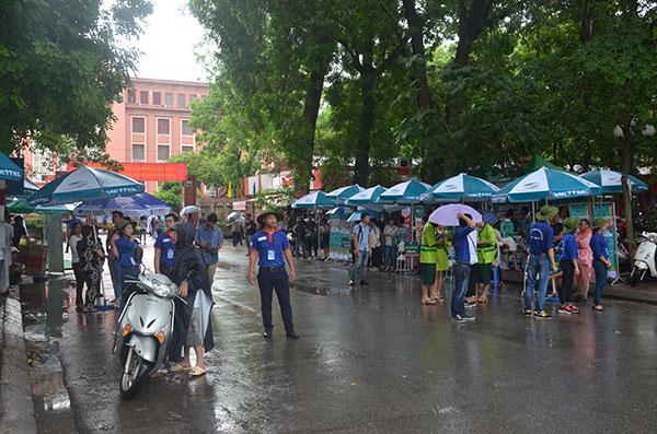 13.000 tình nguyện viên đội mưa hỗ trợ thí sinh làm thủ tục - 1