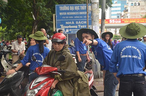 13.000 tình nguyện viên đội mưa hỗ trợ thí sinh làm thủ tục - 7