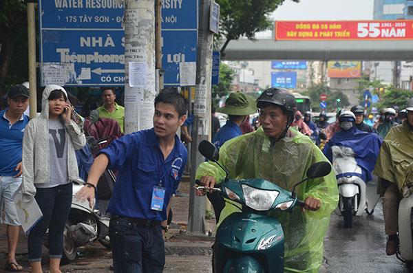 13.000 tình nguyện viên đội mưa hỗ trợ thí sinh làm thủ tục - 4