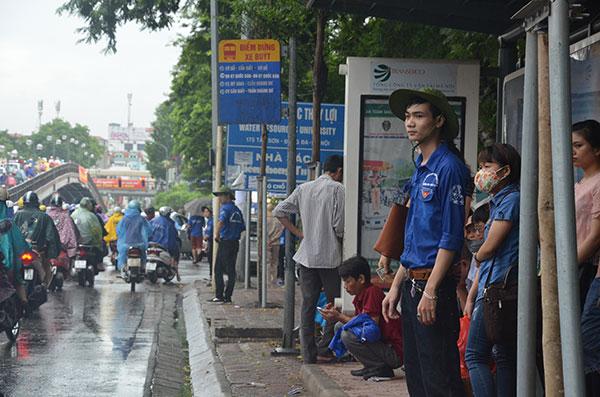 13.000 tình nguyện viên đội mưa hỗ trợ thí sinh làm thủ tục - 3