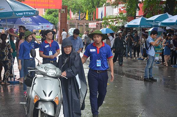 13.000 tình nguyện viên đội mưa hỗ trợ thí sinh làm thủ tục - 6