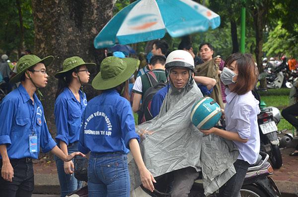 13.000 tình nguyện viên đội mưa hỗ trợ thí sinh làm thủ tục - 5