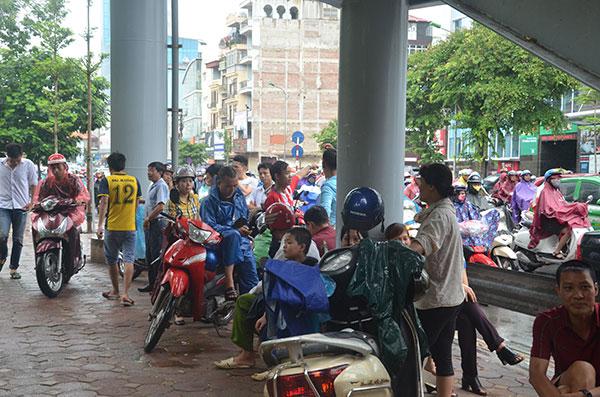 13.000 tình nguyện viên đội mưa hỗ trợ thí sinh làm thủ tục - 9