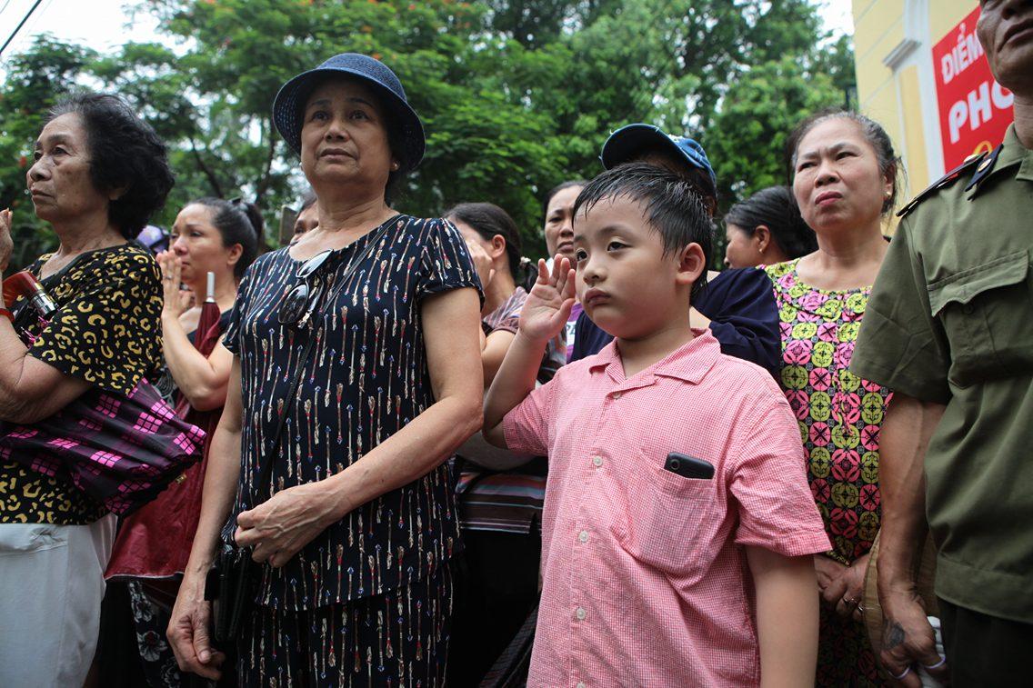 Hàng ngàn người đứng dưới mưa tiễn đưa 9 liệt sĩ CASA 212 - 8