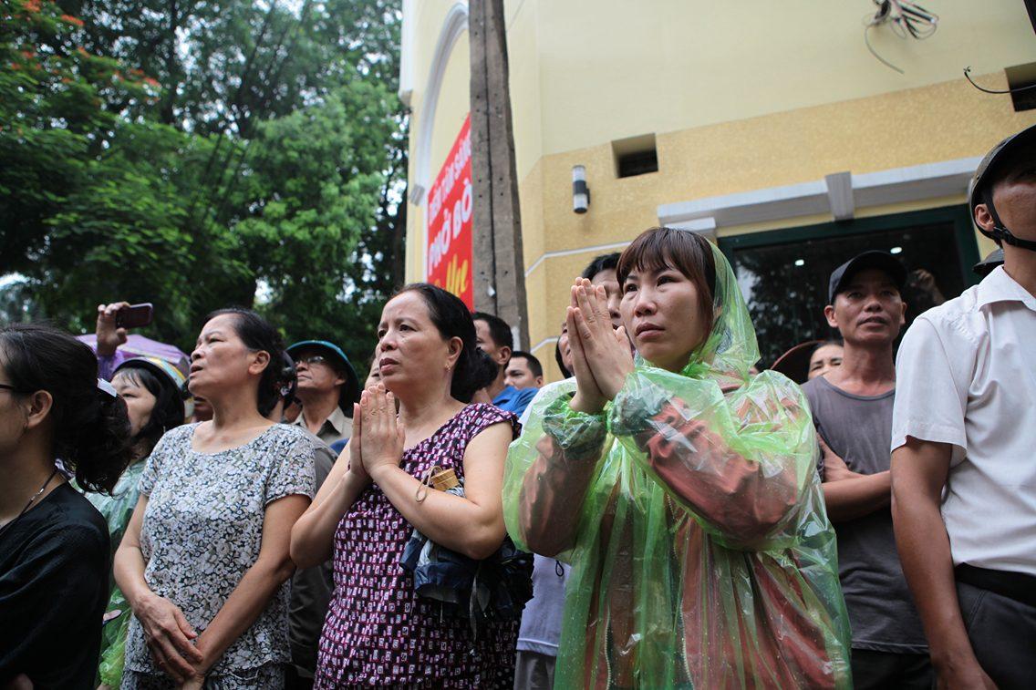 Hàng ngàn người đứng dưới mưa tiễn đưa 9 liệt sĩ CASA 212 - 7