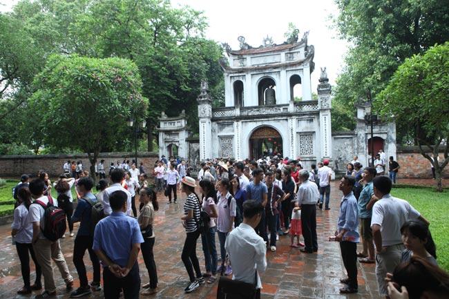 Sĩ tử về Văn Miếu cầu may trước kỳ thi THPT quốc gia - 1