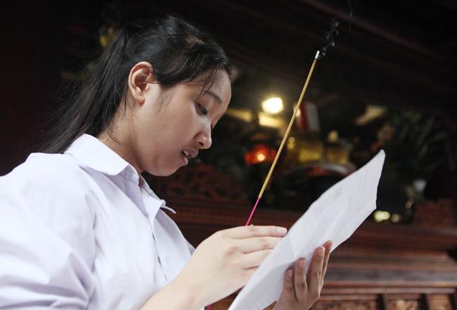 Sĩ tử về Văn Miếu cầu may trước kỳ thi THPT quốc gia - 5