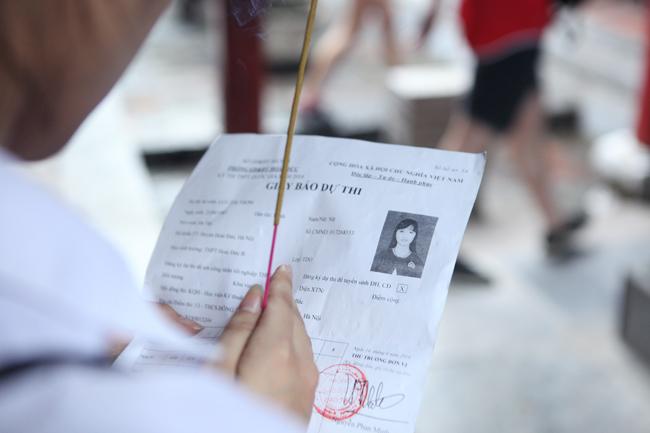 Sĩ tử về Văn Miếu cầu may trước kỳ thi THPT quốc gia - 6