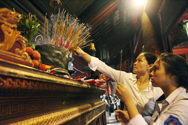 Sĩ tử về Văn Miếu cầu may trước kỳ thi THPT quốc gia - 10