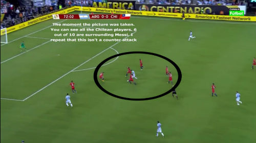 """Sốc với hình ảnh Messi """"một mình cân cả thế giới"""" - 2"""